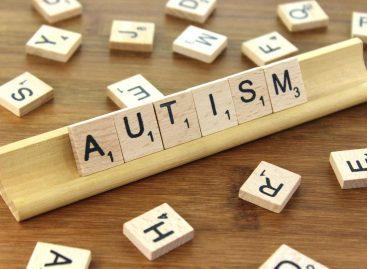 O terapie asistată de roboţi pentru copiii cu tulburări din spectrul autist, testată în 8 centre din Cluj în cadrul unui studiu clinic realizat de specialiști clujeni