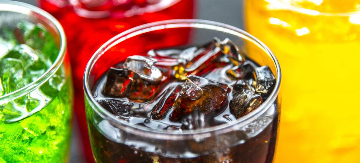 Consumul zilnic al unui pahar de sucuri carbogazoase îndulcite crește riscul de cancer, arată un studiu realizat în Franța