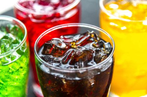 Studiu: Taxele pe băuturile cu un conținut ridicat de zaharuri și etichetarea explicită a produselor reduc consumul acestor produse