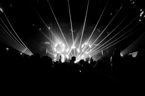 Stroboscoapele luminoase folosite în spectacole și cluburi ar putea crește riscul de convulsii epileptice