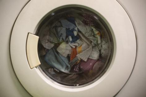 Studiu: Mașina de spălat reprezintă o sursă de transmitere a bacteriilor rezistente la medicamente