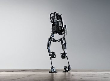 Un pacient paralizat a reușit să mergă din nou cu ajutorul unui exoschelet controlat doar de creier afirmă cercetătorii francezi