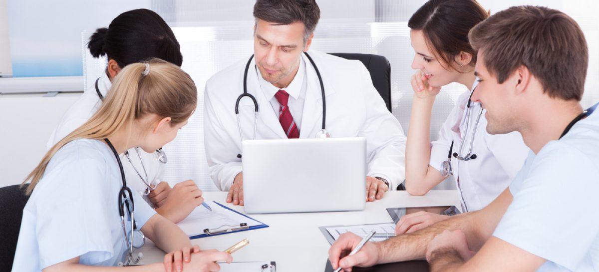 Farmaciștii, asistenții medicali și paramedicii din Marea Britanie ar putea deveni medici după doar trei ani de studii