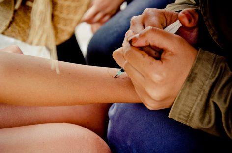 Tatuaje temporare menite să monitorizeze glicemia, temperatura și somnul