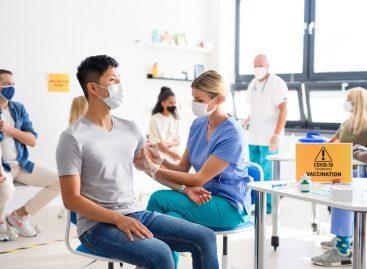 Studiu: Persoanele vaccinate anti-Covid-19 le protejează de infecție pe cele din apropiere
