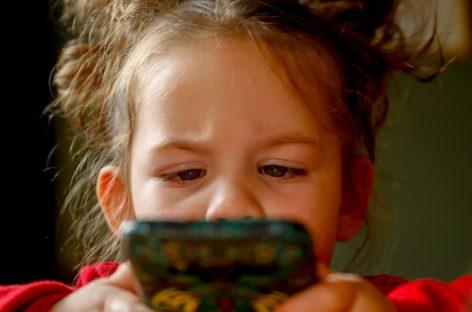 Aplicație pentru telefoane mobile care poate identifica simptomele autismului la copiii mici