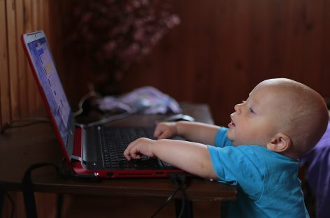 Supraexpunerea copiilor la ecrane: Creștere de 30% a cazurilor de hiperactivitate și deficit de atenție în pandemie