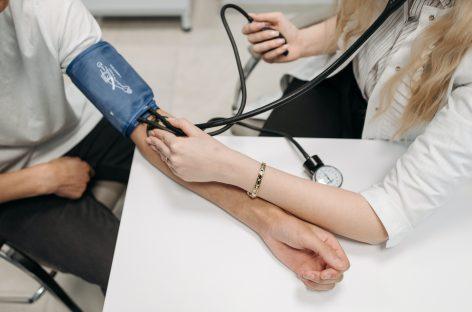Persoanele cu hipertensiune arterială și diabet zaharat care se îmbolnăvesc de COVID-19 au risc ridicat de accident vascular cerebral